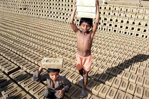 Niños-indios-trabajan-en-una-fábrica-de-ladrillos-en-Chandigarh-India-REUTERS