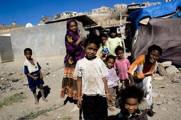 800px-akhdam_children_taizz-mathieu-gecc81non